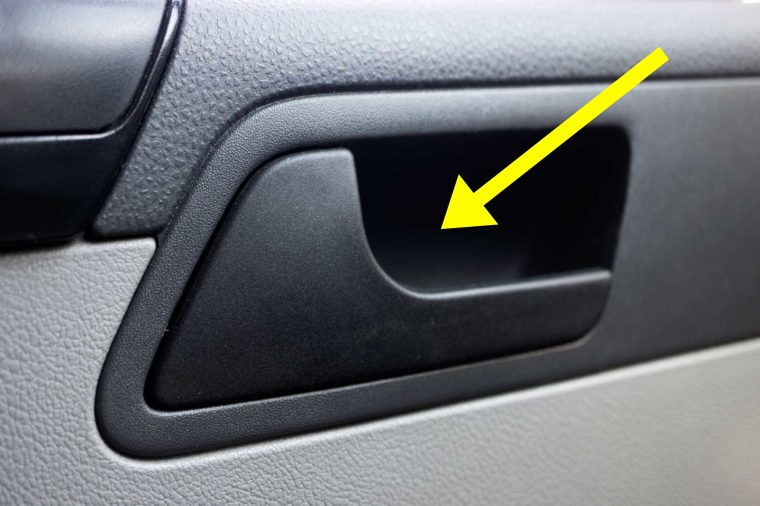 Kādēļ auto durvis jāver ar labo roku, un kāds sakars šeit ar Nīderlandi? FOTO