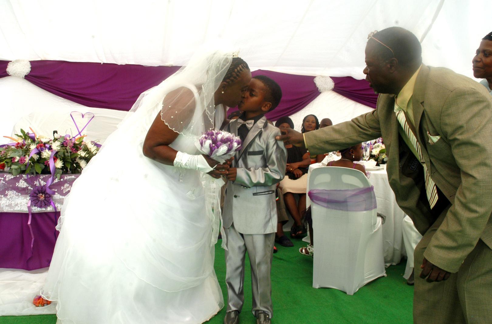 Visi nopūtās, kad uzzināja, ka 8 gadus jauns puika precās ar 61 gadu vecu sievieti