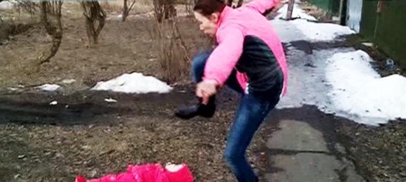 Māte par spīti vīram mēģināja ar kājām piesist mazo meitu
