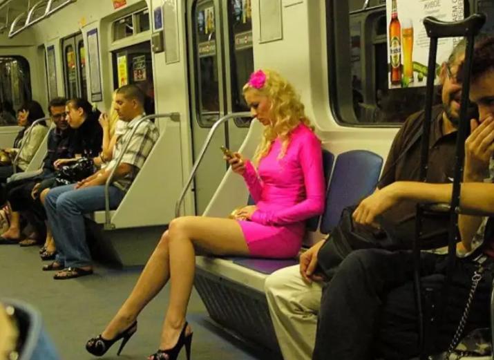 Kāda blondīne metro izbrīnīja pilnīgi visus – cilvēkiem žokļi atkarājās!