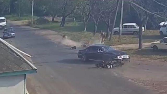 Ukrainā, CSN laikā, motociklisti-terminatori pārlido pāri vieglajam auto un paliek dzīvi