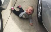 """Stāsts līdz asarām! Viņš skaļi kliedza """"Mammīt, neaizej!"""", bet viņa pat nepaskatījās atpakaļ…"""
