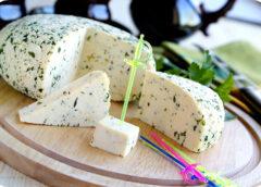 Garšīgs mājas siers ar dillēm ko celt galdā līgotājiem