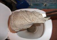 Saimniece uzvārīja etiķi un ielēja šķidrumu aizsērējušā tualetes podā. Santehniķi bija šokā!