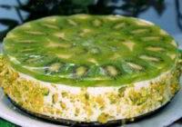 Vieglā biezpiena torte ar kivi bez cepšanas. Piemērota arī slaidās līnijas ievērotājiem