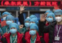 Ķīna svin uzvaru: pagaidu slimnīca izraksta pēdējo pacientu un pārtrauc slimnīcas darbību