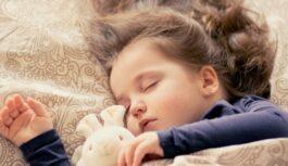 Dakteris pastāsta cik daudz nepieciešams gulēt dažādai bērnu vecuma grupai. Vai tavs bērns guļ pietiekoši?