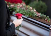 """Latvijā sieviete saskārās ar briesmīgu situāciju bēru laikā:"""" Laižot zārku kapā, tika izgāzts aizgājušais no zārka"""". No nesējiem bija jūtama alkohola smaka"""