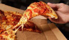 Vīrietis pasūtīja picu, bet tas, ko viņš ieraudzīja picas kastē, viņu samulsināja. Tāda veiksme gadās reti