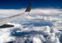 Aviopasažieri iemūžina neticamus kadrus, kuros redzams pa mākoņiem staigājoša vīrieša siluets. Kas gan tas varēja būt – dievišķa būtne vai citplanētietis?