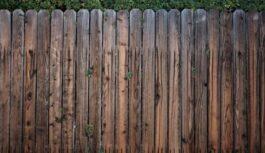 Pazīstams namdaris pastāstīja, kāpēc žogs vienmēr jābūvē ar priekšējo pusi uz kaimiņa zemesgabalu. Saimniecības knifiņš, ko vērts likt aiz auss!