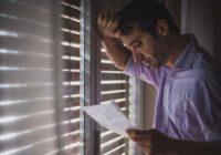 Vīrs pārnāk mājās pēc tusiņa ar draugiem, pamostas ar zilu aci un raud, izlasot sievas vēstuli