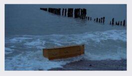 Zvejnieks bija pārsteigts, kad pie krasta atrada izskalotu vecu kasti. Kad atvēra to, viņš nudien pārbijās
